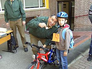 Fahrradkontrolle durch die Polizei mit Verleihung der TÜV-Plakette